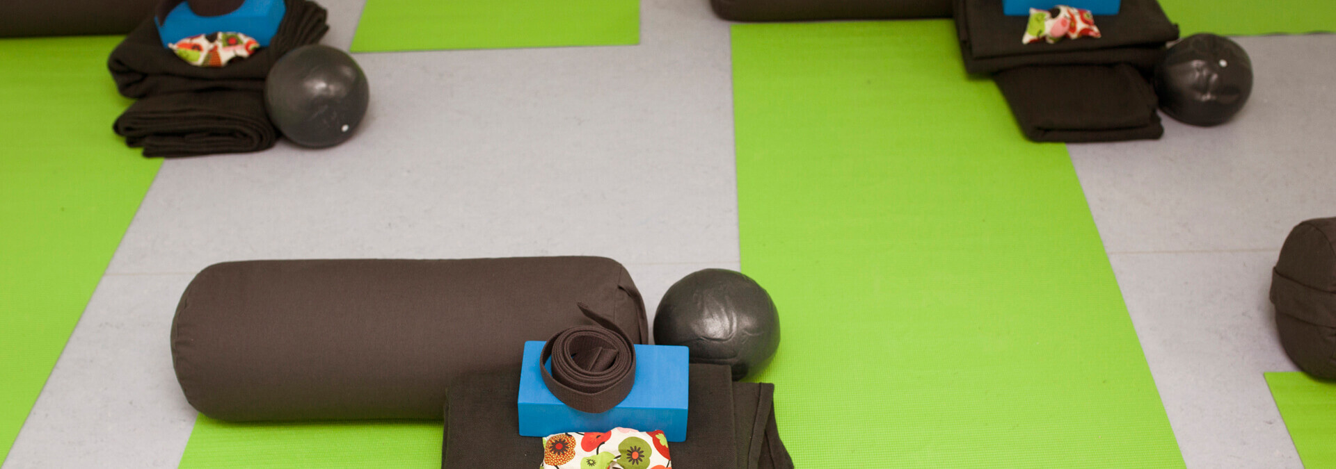 Yogamåtte og yogaudstyr lagt frem på gulvet på krisecenter