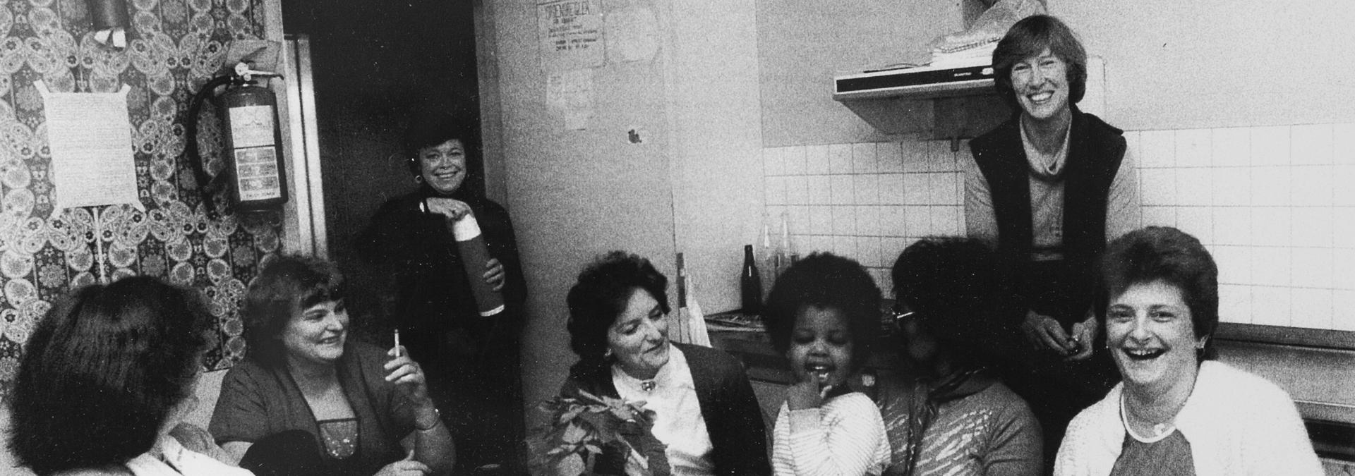 Beboere sidder i et etagekøkken og hygger sig, Kvindehjemmets historie
