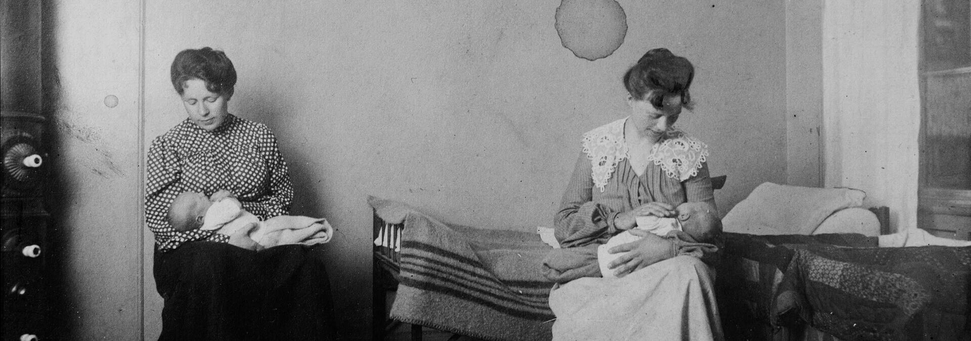 To kvinder sidder i ammestuen for unge mødre, Kvindehjemmets historie