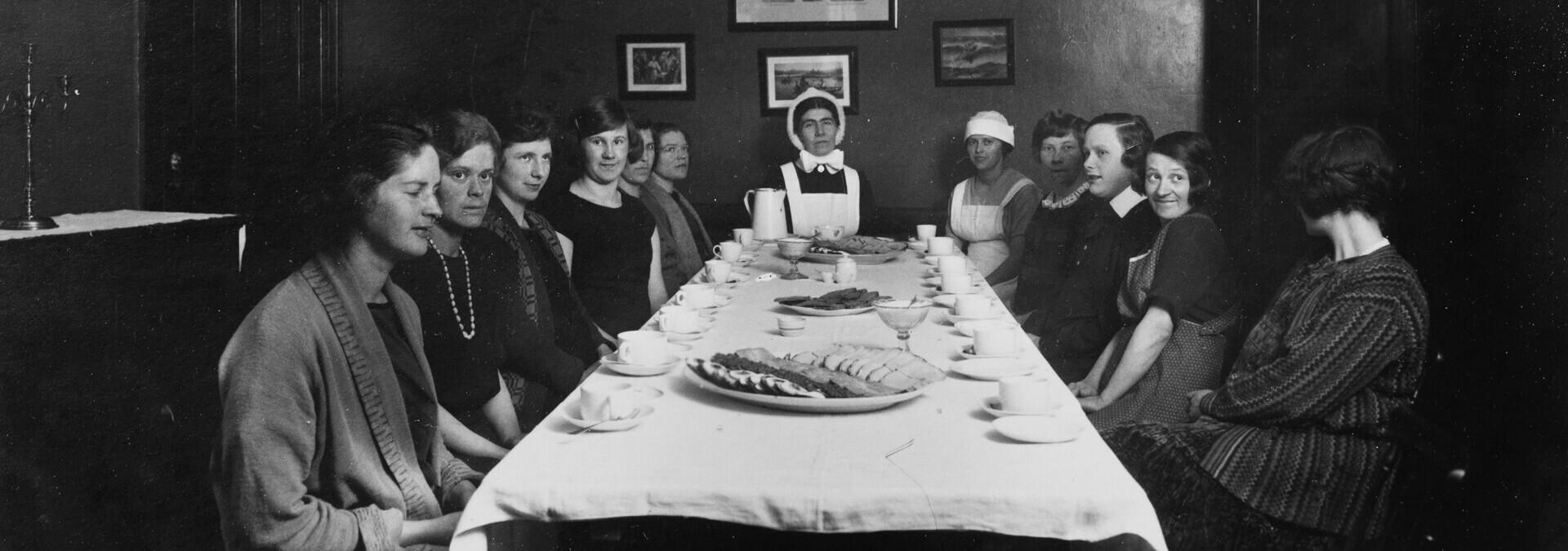 Beboere og personalet er samlet til fællesspisning, Kvindehjemmets historie