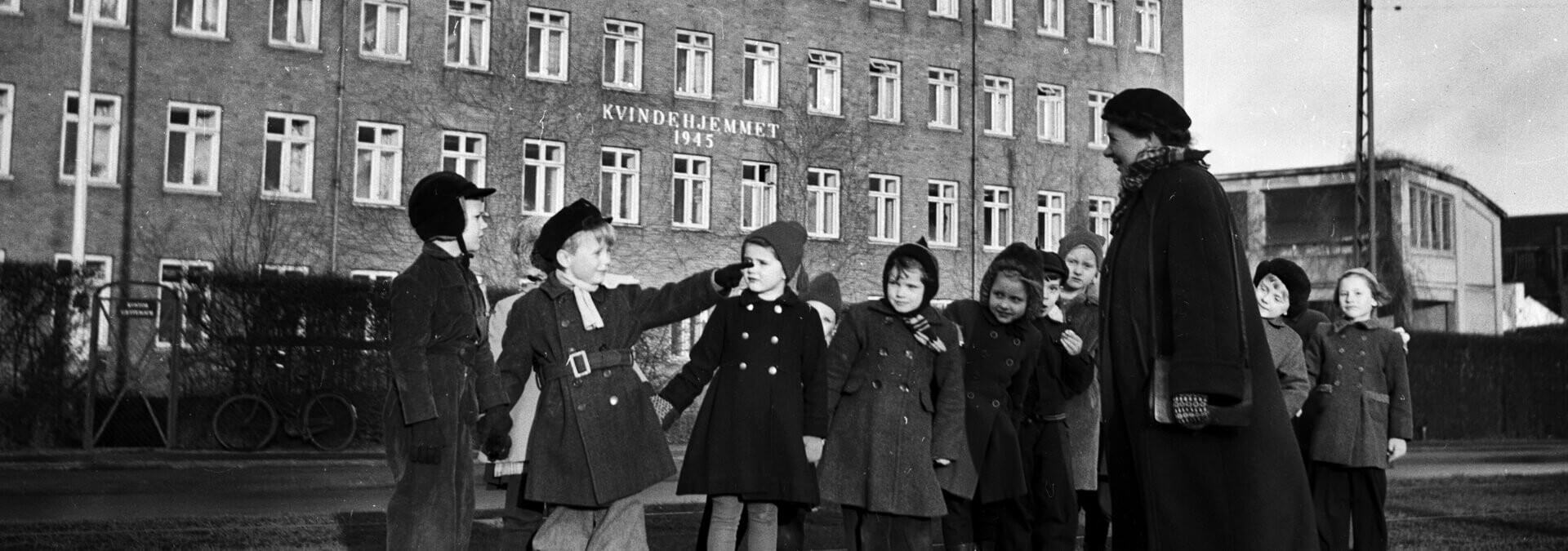 En række børn står foran Kvindehjemmets nye hus på Jagtvej, Kvindehjemmets historie