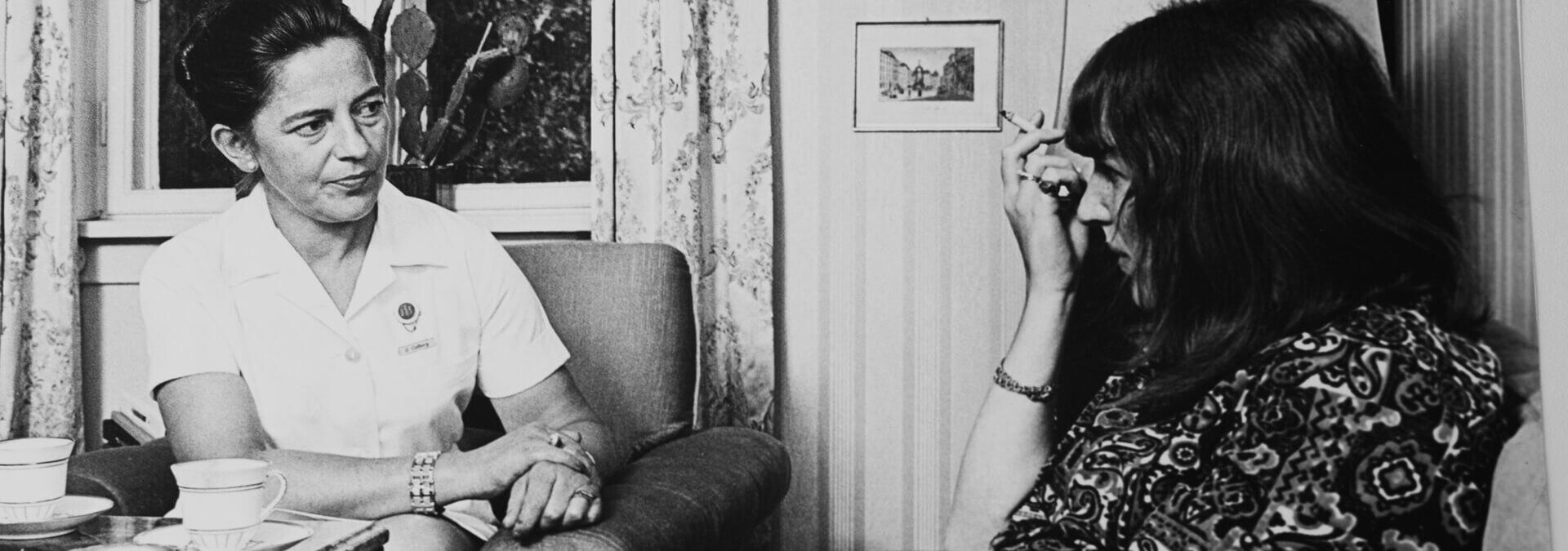 Forstander Gerda Colbert taler med en beboer, Kvindehjemmets historie