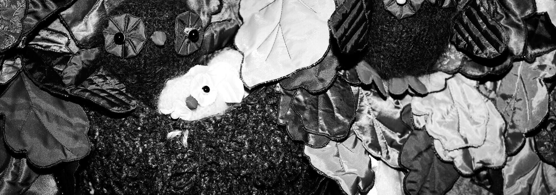 Udsnit af Børnetræets samtaletæppe. På billedet ses en uglefamilie, Kvindehjemmets historie