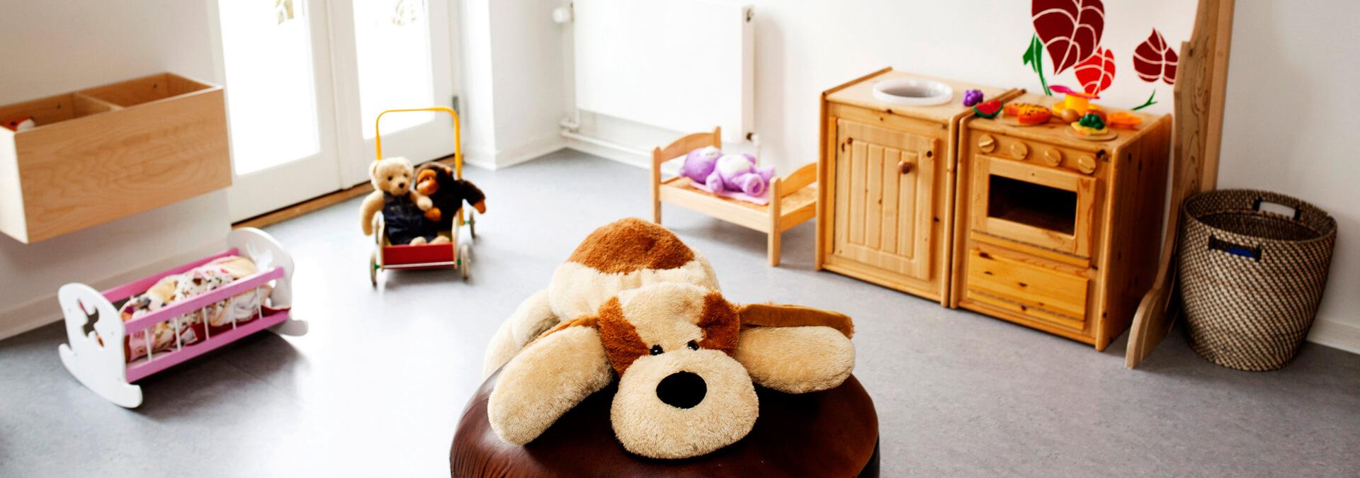 Legestue på krisecenter med bamser, dukker og legekomfur