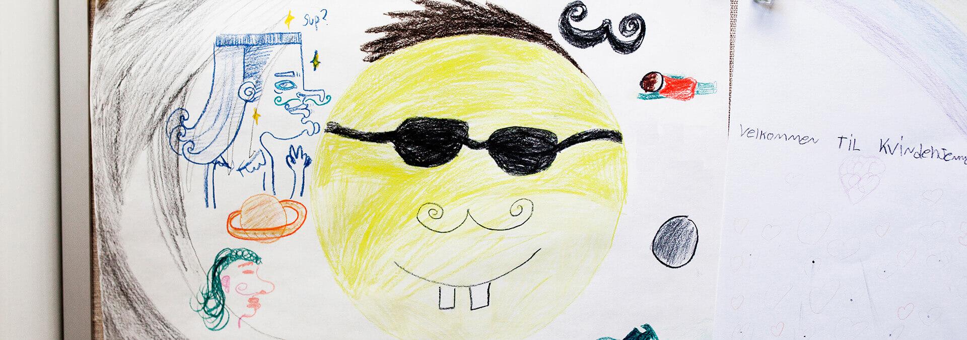 En tegning af en smiley med solbriller på