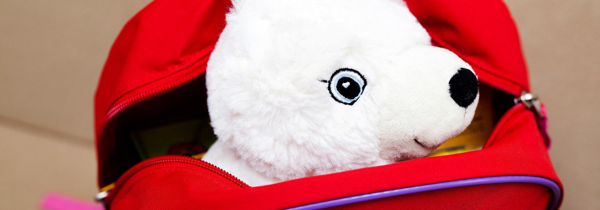 Rygsæk med bamse fra Mary Fonden for børn på krisecenter