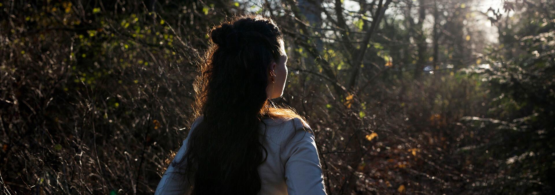 Anonym voldsudsat kvinde på krisecenter med sol i ansigtet
