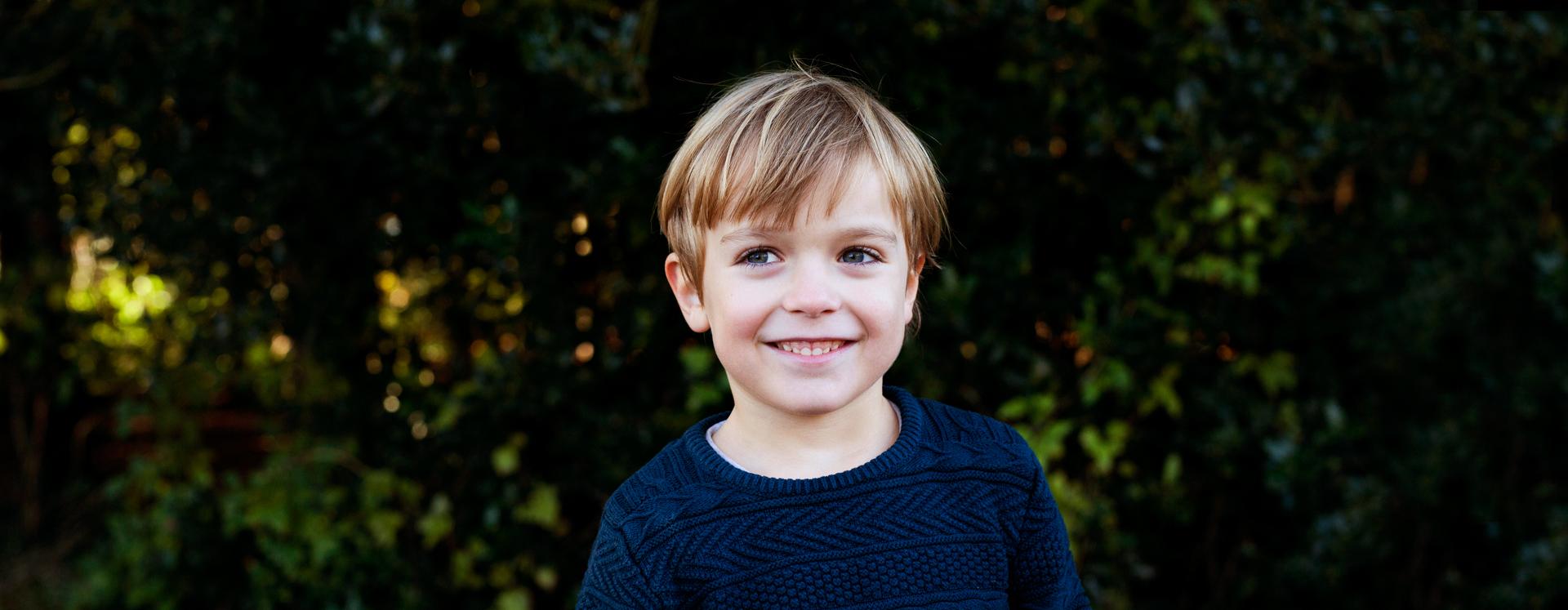 Voldsudsat dreng på krisecenter i park smiler