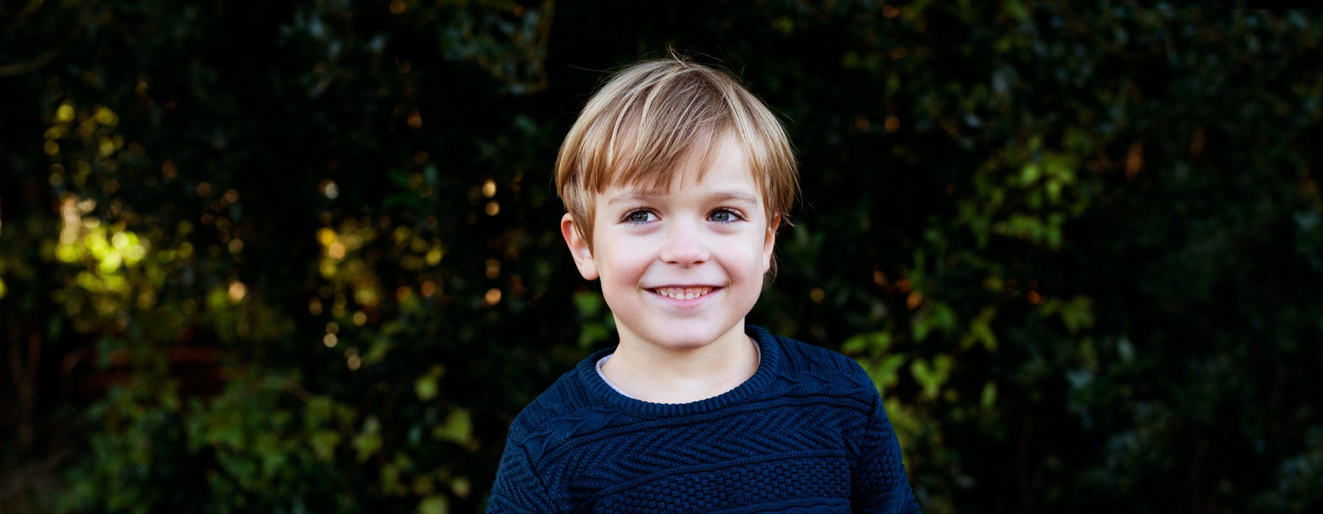 Voldsudsat dreng i park smiler