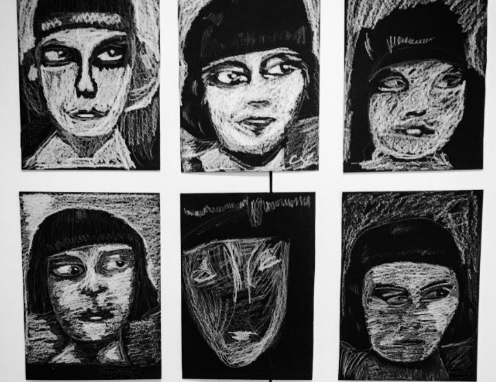 Tegninger af kvindeansigter med kridt